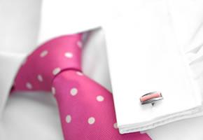 Ein Hemd mit Krawatte