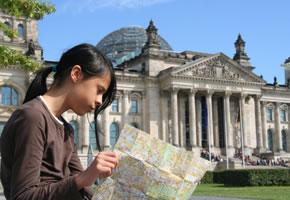 Ein Mädchen mit einer Stadtkarte