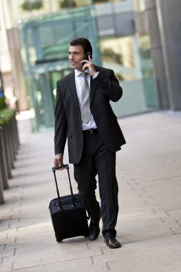 Ein Manager telefoniert mit seinem Smartphone