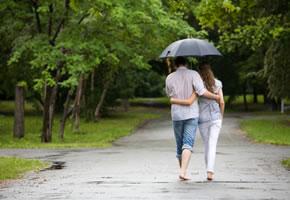 Ein Pärchen bei einem gemeinsamen Spaziergang