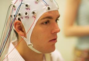 Ein Patient bei dem ein EEG gemacht wird
