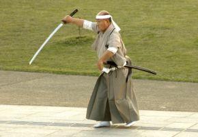 Ein Samurai bei Übungen mit seinem Schwert