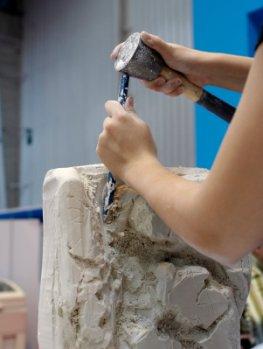 Ein Steinmetz bei der Arbeit