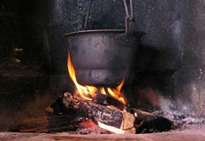 Ein Suppentopf über einer Feuerstelle