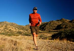 Ein Trail Runner im Gelände