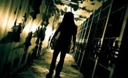 Ein Zombie in einem dunklen Flur