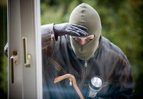 Ein Einbrecher schaut durch das Fenster