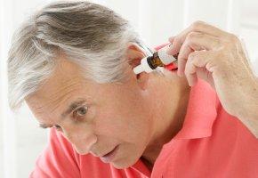 Einbringen von schmerzstillenden Ohrentropfen in das entzündete Ohr