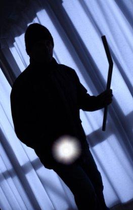 Der Einbrecher durchsucht ein Haus. Die Zahlen für Einbruch und Diebstahl sind in 2011 gestiegen.