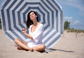 UV Schutz - Eine junge Frau sonnt sich