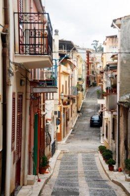 Nicht viel los: Eine leere Gasse in Mirabella auf Sizilien