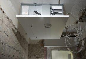 Eine Lüftungsanlage wird im Haus installiert