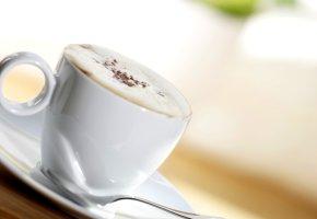 Eine Tasse Kaffee mit Sahne