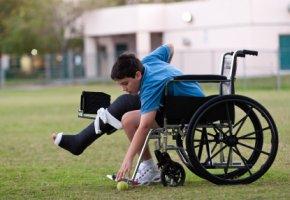 Eingeschränkte Bewegung - durch den Knochenbruch kann der Junge nicht mitspielen