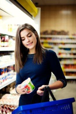 Einkauf im Supermarkt - No-Name oder Markenprodukt erkennt man an der Veterinärkontrollnummer