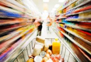 Einkauf im Supermarkt - die Verpackungen bestehen zum größten Teil aus recycelten Papier
