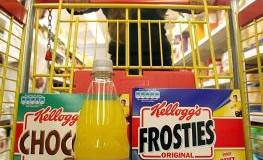 Junges Mädchen beim Einkauf von zuckerhaltigen Lebensmittel