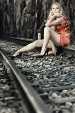 Einsamkeit - die junge Frau ist einsam