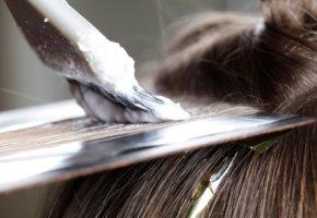 Einzelne Haare (Strähnen) werden gefärbt