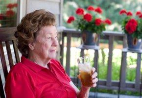Eisteegenuss mit Risiko - Ältere Menschen sollten nicht soviel Eistee trinken.