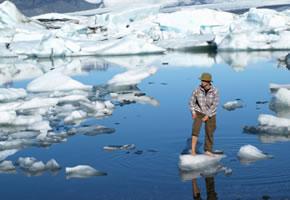 Eiswasserlaufen, dieser Mann springt barfüßig auf Eisschollen