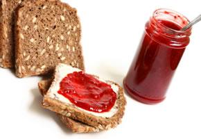 Eiweiß, ein Brot mit Marmelade