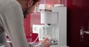 Electromagnetic Harvester an der Kaffeemaschine angebracht.