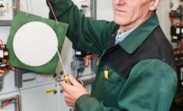 Elektriker bei der Arbeit - Arbeiten bis ins hohe Alter