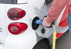 Elektroauto wird mit Strom versorgt