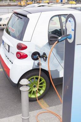 Elektrofahrzeug an der Tankstelle - sind Elektroautos tatsächlich so umweltfreundlich?