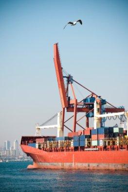Elektroschrott wird verladen und nach Afrika verschifft