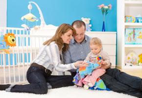 Eltern mit Kind im Kinderzimmer