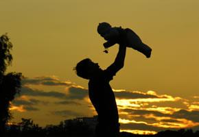 Elternschaft: Vater mit seinem Baby