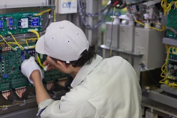 Japanischer Elektriker arbeitet an einem elektrischen Schaltkasten