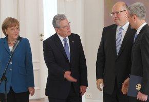 Entlassung und Vereidigung der Umweltminister: Bundespräsident Gauck, Kanzlerin Merkel mit Norbert Röttgen und Peter Altmaier