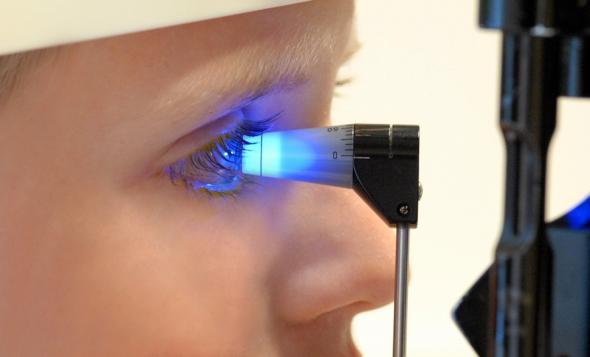 Augeninnendruckmessung bei einer Frau.