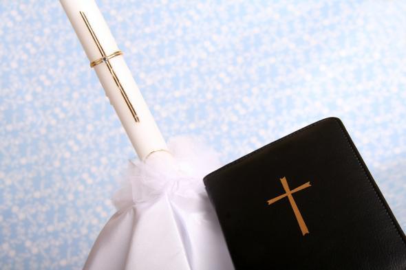 Die Erstkommunion feiert man in der römisch-katholischen Kirche.