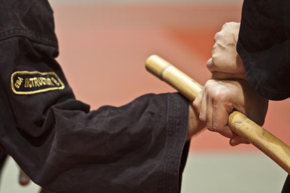 Escrima in der Praxis - ein Angreifer wird blockiert.
