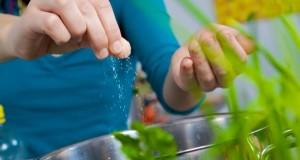 Zu hoher Salzkonsum begünstigt Knochenbrüche bei Frauen.