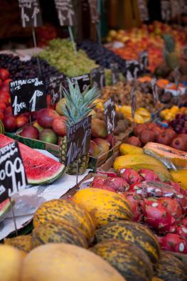 Obststand auf einem Gemüsemarkt