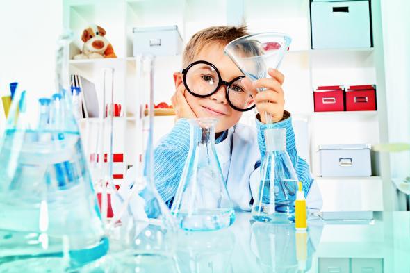 Ein Junge macht ein paar Experimente in einem Labor.
