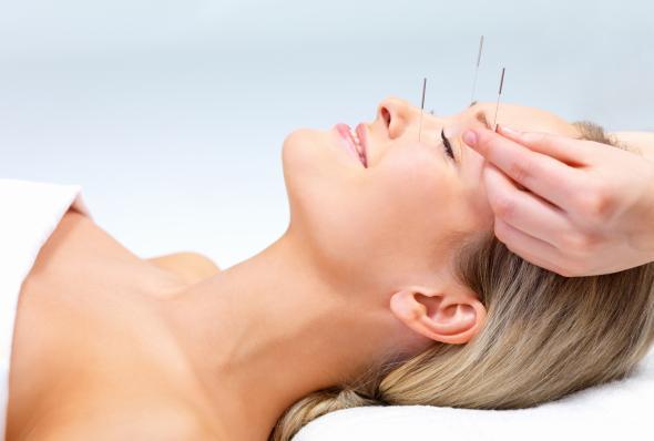 Beauty-Behandlung mit einer Facial Acupuncture.
