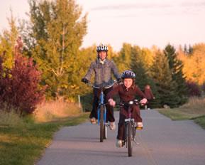 Fahrradfahren, eine Mutter mit Tochter