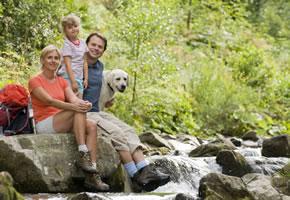 Familie mit ihrem Hund im Urlaub