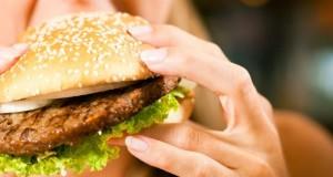 Im Fast Food steckt viel Cholesterin drin.