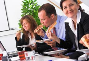 Fast Food, zum Mittagessen Pizza im Büro