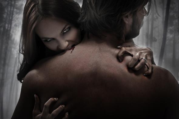 Weiblicher Vampir saugt Blut bei einem Mann.