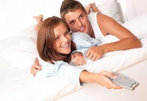 Winterzeit: Gemütlich im Bett fernsehen