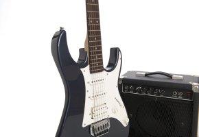 Fender E-Gitarre mit einem Verstärker