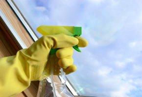 Fensterreinigen bevor die Folie aufgebracht wird